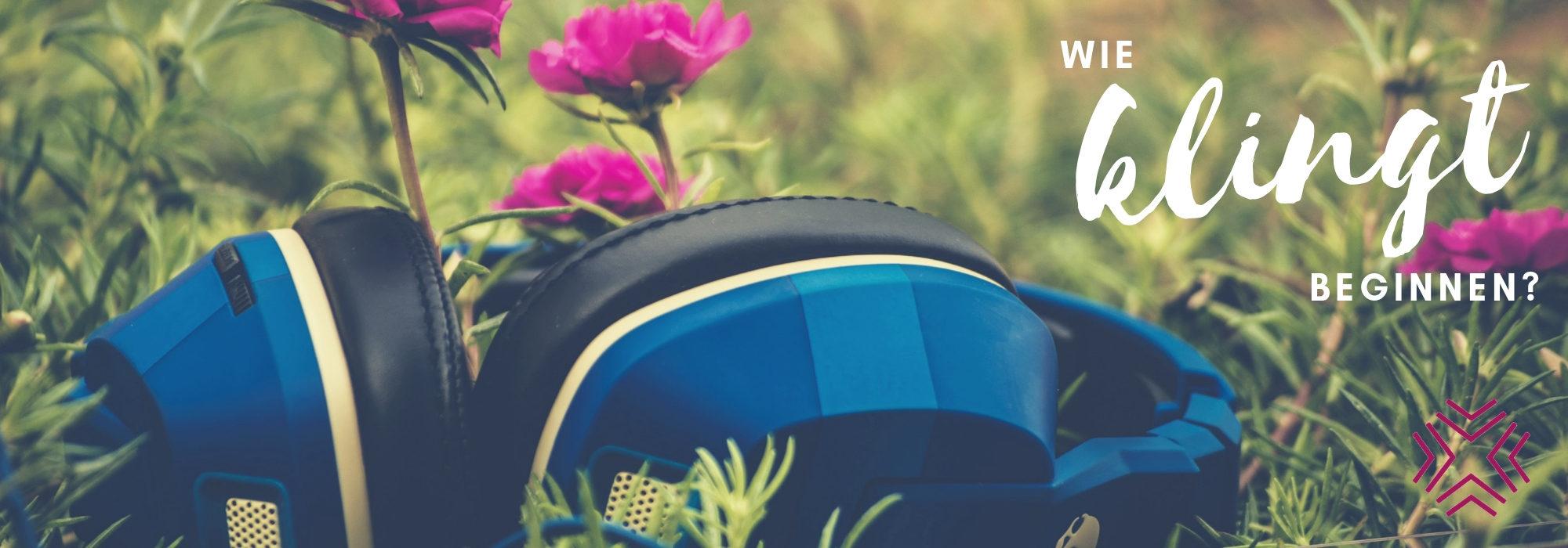 Kopfhörer liegt im Gras. Frage: wie klingt beginnen?